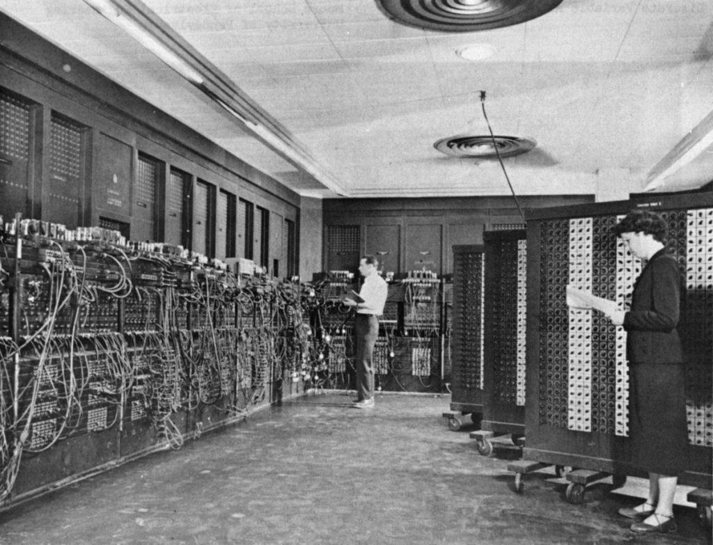 """les ordinateurs occupaient des salles entières, à l'instar de l'ENIAC, autrefois appelé """"robot mathématique""""."""