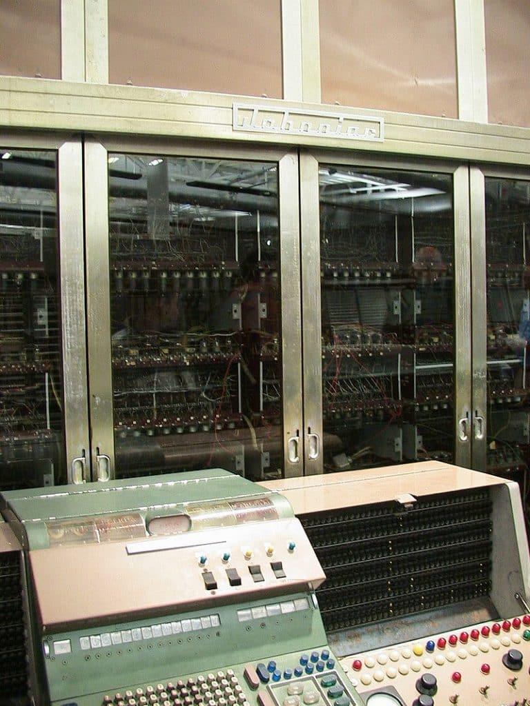 Dans les années 1950, les ordinateurs étaient strictement utilisés pour la recherche scientifique et technique, comme le JOHNNIAC, qui était autrefois décrit comme un
