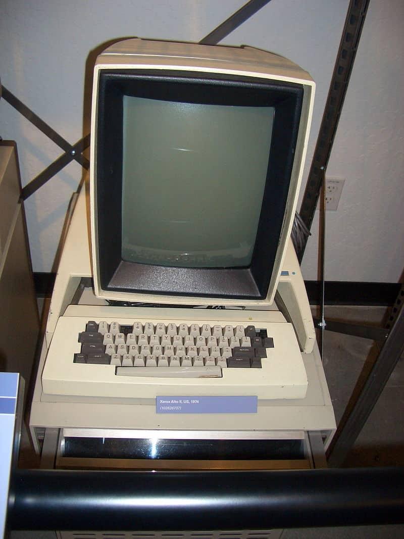 les ordinateurs personnels sont devenus populaires dans les années 1970, le Xerox Alto a contribué à ouvrir la voie à Apple de Steve Jobs.