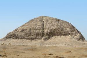 La pyramide d'Hawara construite par Amenemhat III situé coté du labyrinthe