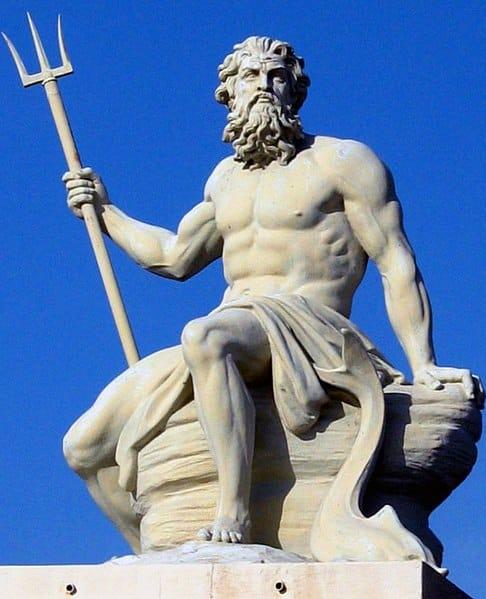 Une statut de Poséidon avec son trident