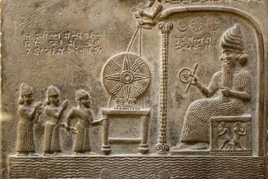 tablette sumérienne avec un Dieu plus grand que les hommes