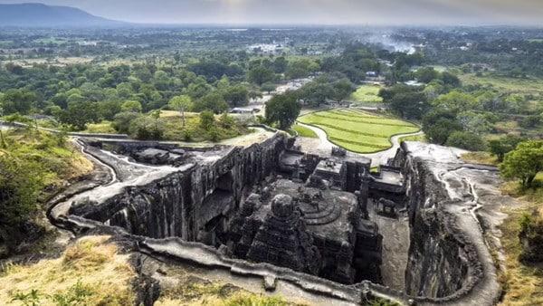 temple creusé directement dans la roche.