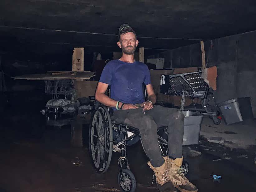 Personne handicapé réfugié dans les souterrains