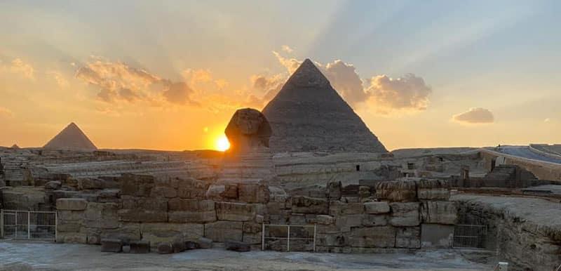 photo du sphinx de Gizeh avec un couché de soleil sur l'épaule