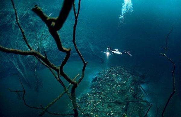le lit de la rivière sous-marine
