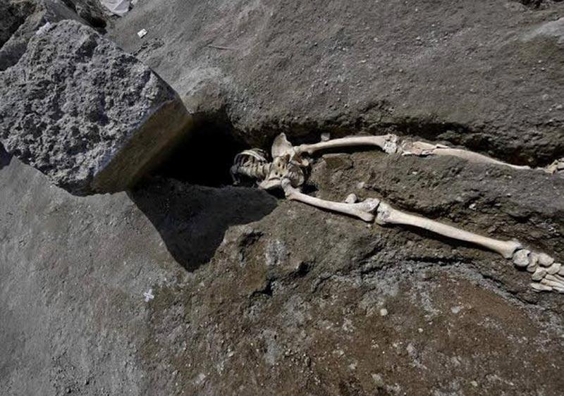 malchanceux de pompeï ecrasé sous un roche