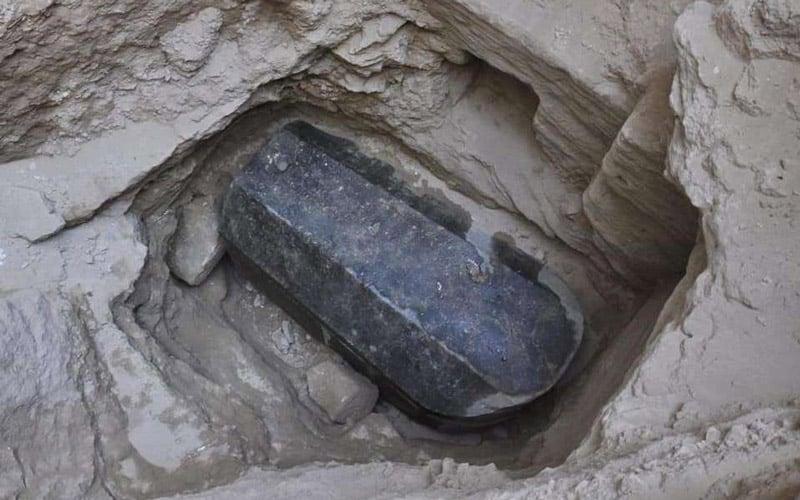 l'étonnante découverte archéologique du sarcophage noir